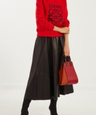 Юбка миди испанского бренда Loewe. Модель полностью выполнена из мягкой натуральной кожи матового черного цвета. Средняя посадка, расклешенный фасон с крупными складками, широкий пришивной пояс. Однотонный декоративный шов по линии низа.