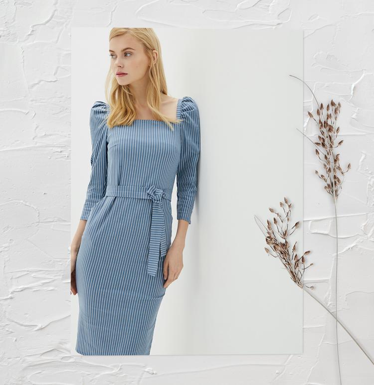 Платье с объемными плечами