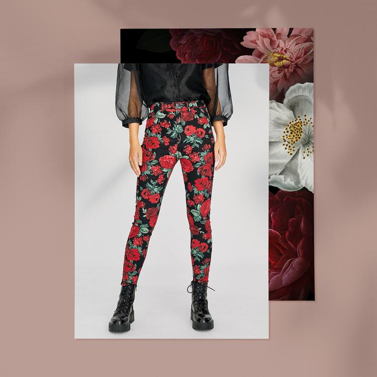 черные джинсы с принтом из роз
