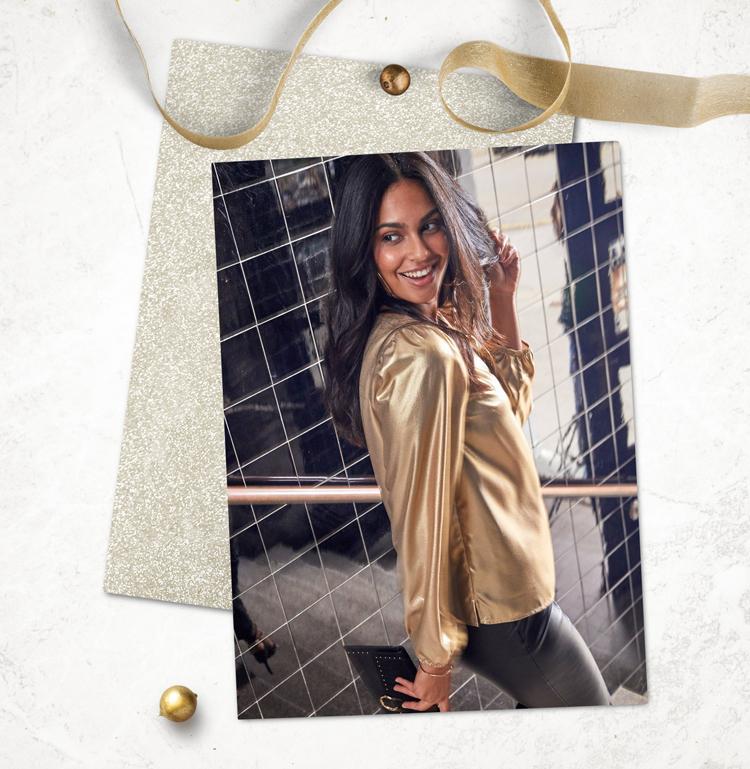 Блузка из блестящего материала