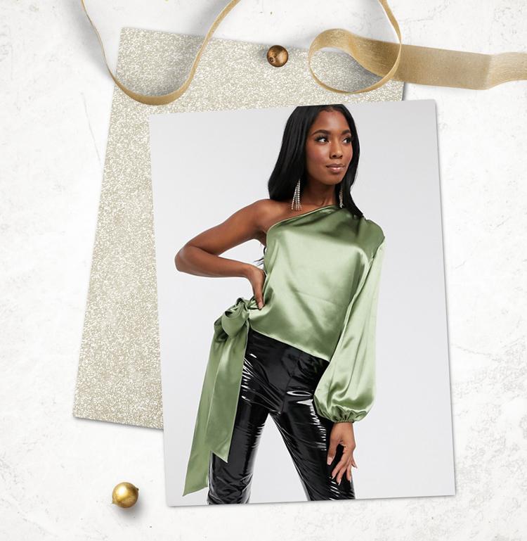Зеленая атласная блузка на одно плечо