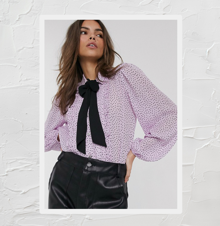 Розовая блузка с принтом и оборкой