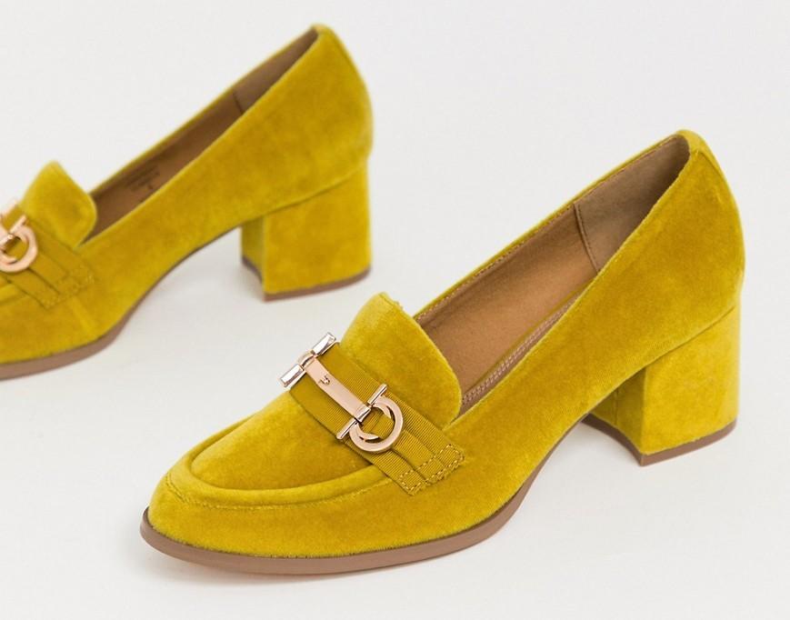 Лоферы горчичного цвета на среднем каблуке и с отделкой