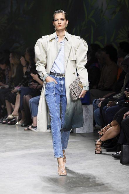 Показ женской коллекции Versace весна-лето 2020 Ready-to-wear на неделе моды в Милане.