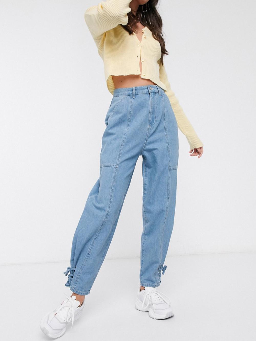 Светлые зауженные джинсы с завязками