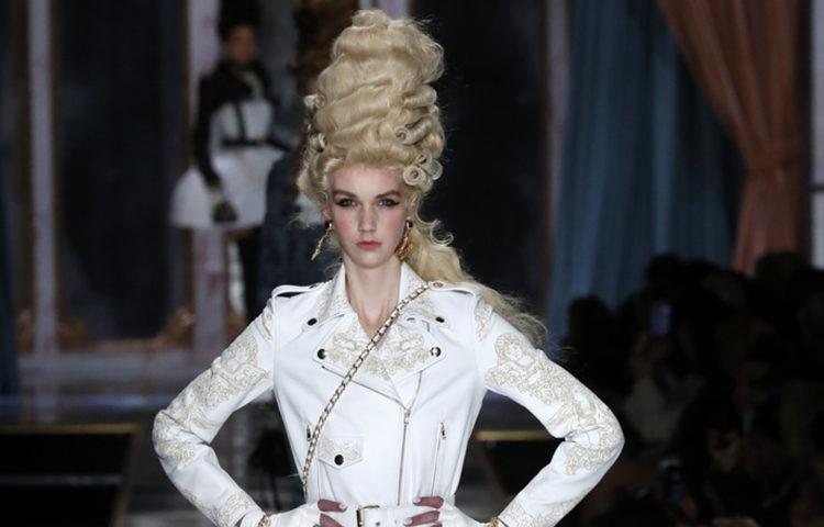 Показ женской коллекции Moschino осень-зима 2020-2021 Ready-to-wear на неделе моды в Милане.